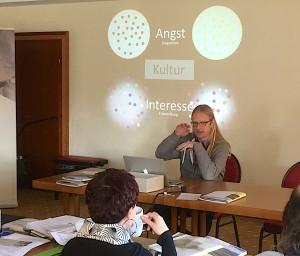"""Marc Fritzsche erläutert in der Arbeitsgruppe """"Bildnerische Phänomene in der Arbeit mit Flüchtlingen"""" das Feld Interkulturelle-Transkultur und Migration."""
